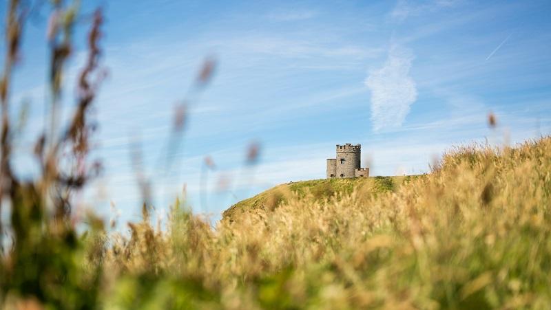 O'Briens Castle am höchsten Punkt der Klippen von Moher - Irland