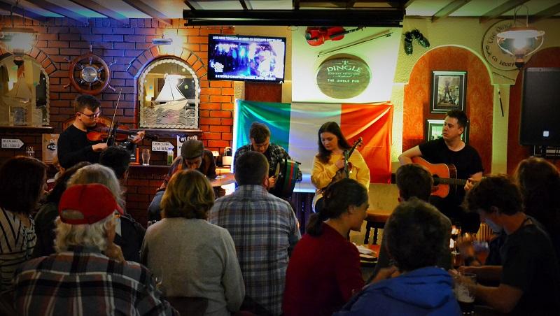 Irische Pubs auf der Halbinsel Dingle in Irland